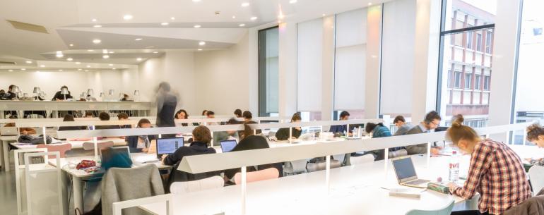 Étudiants à la bibliothèque d'Assas